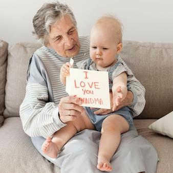 Grand-mère, tenue, petit-enfant, maison