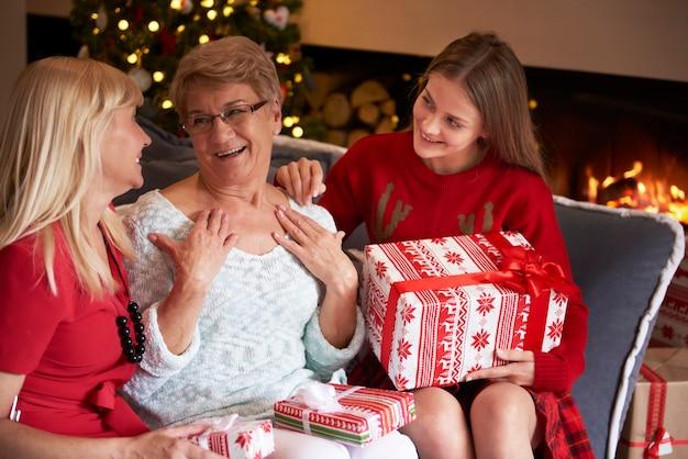 Grand-mère très surprise à cause de son cadeau spécial