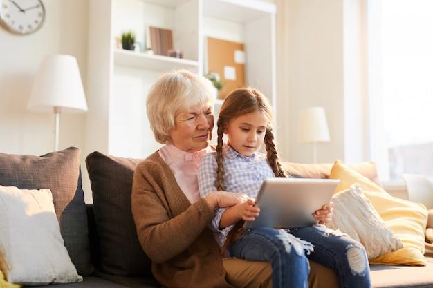 Grand-mère, utilisation, tablette numérique