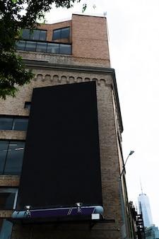 Grand modèle de panneau d'affichage sur la construction en ville