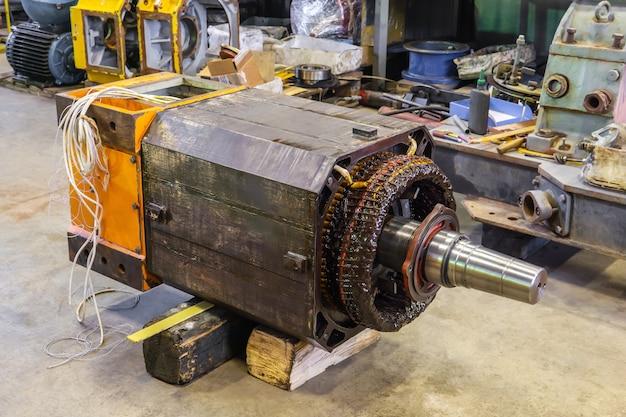 Grand moteur électrique industriel démonté dans le processus de réparation dans l'atelier
