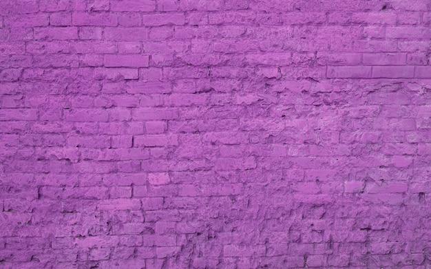 Un grand mur lilas en briques.