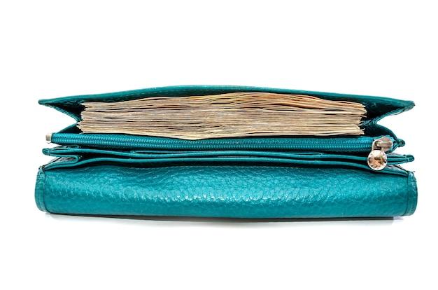 Un grand nombre de billets en euros dans un portefeuille de femmes sur un blanc