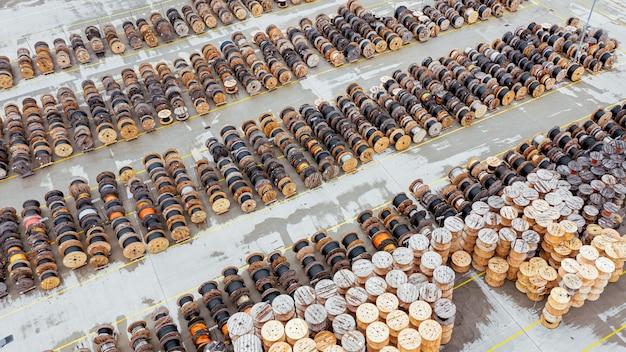 Un grand nombre de bobines en bois avec des tuyaux en polypropylène. production et stockage de tuyaux en polypropylène pour les communications urbaines. vue d'en-haut