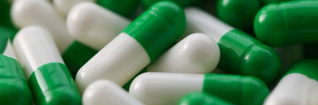 Grand nombre de comprimés pharmaceutiques blanc-vert. production et développement de nouveaux concepts de médicaments