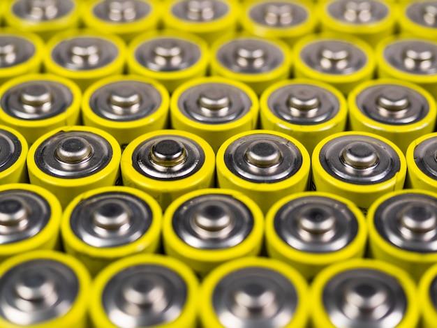Grand nombre de piles aa de couleur jaune. batteries pour une utilisation dans les différents équipements