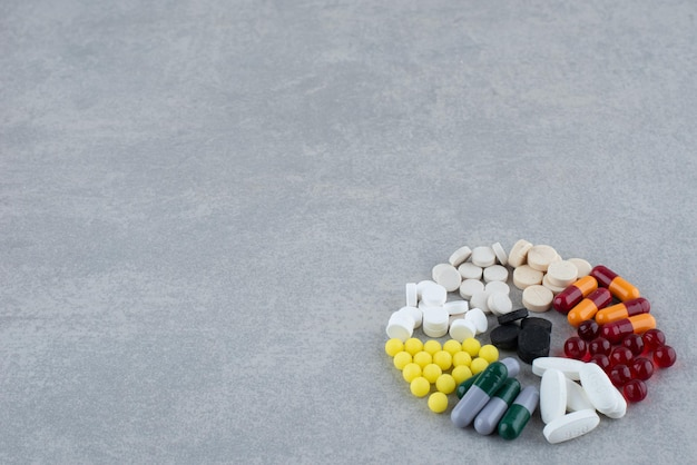 Un grand nombre de pilules colorées médicales sur fond gris