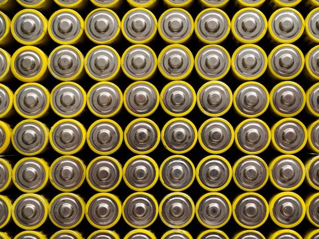 Un grand nombre de vieilles piles aa jaunes.
