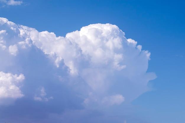 Un grand nuage blanc sur un ciel bleu saturé