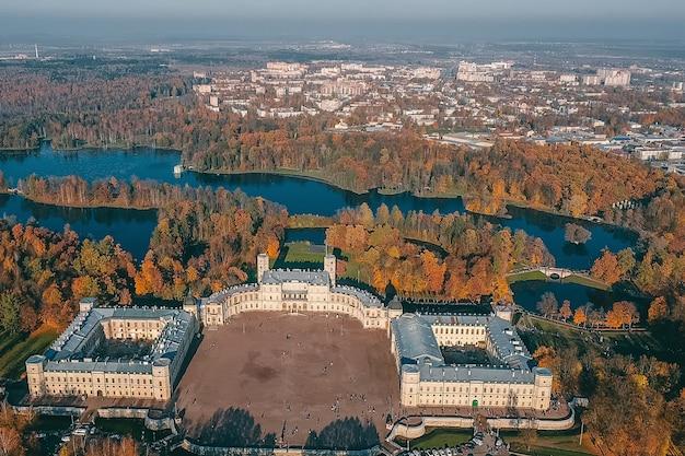 Grand palais de gatchina et vue sur le parc depuis les airs.