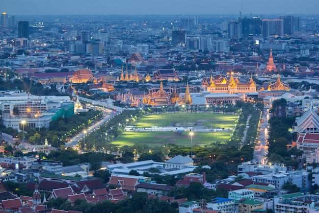 Grand palais et wat phra kaew au crépuscule à bangkok