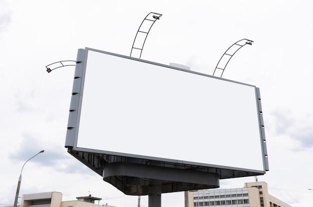 Grand panneau d'affichage dans le centre-ville pour votre publicité