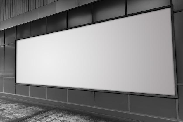 Grand panneau d'affichage dans l'espace publicitaire vide de la rue blanche.