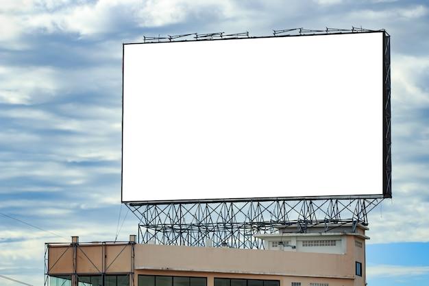 Un grand panneau d'affichage urbain vierge