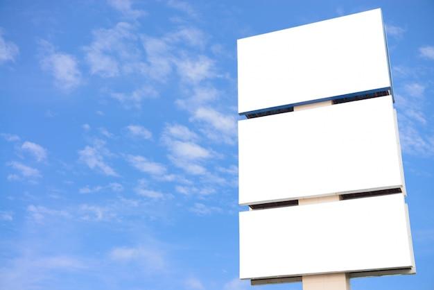 Grand panneau d'affichage vide sur fond de ciel bleu, mettez votre publicité texte ici.