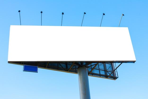 Grand panneau d'affichage vierge sur le ciel bleu - espace pour votre propre texte ou image