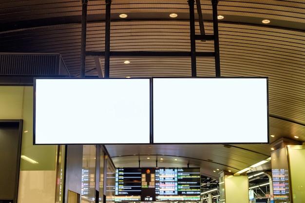 Grand panneau publicitaire vierge accroché à la station de métro