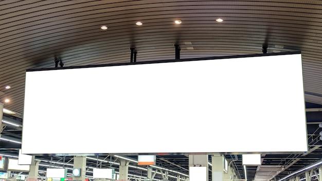 Grand panneau publicitaire vierge suspendu à la gare