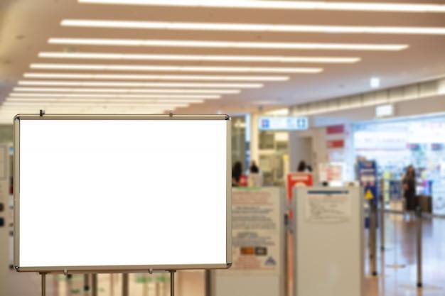 Grand panneau vierge avec écran led dans la ville