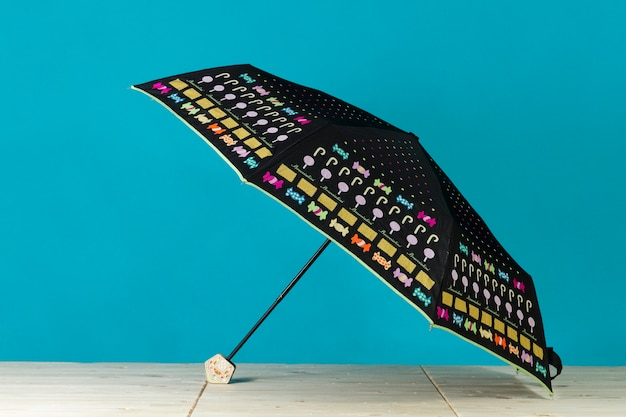 Grand parapluie noir avec des objets colorés