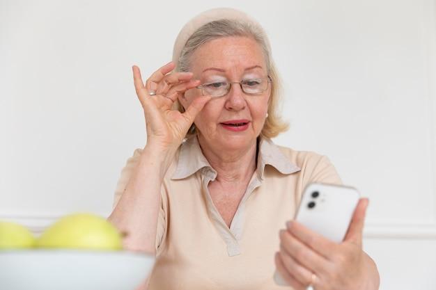 Grand-parent apprenant à utiliser un appareil numérique