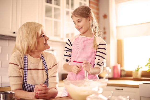 Grand-parent et petit-enfant cuisinant ensemble
