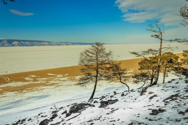 Grand paysage en hiver lac baïkal, sibérie, russie.