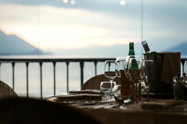 Grand paysage s'ouvre derrière la table de dîner confortable