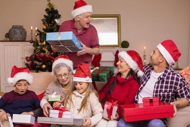 Grand-père donnant un cadeau à sa famille