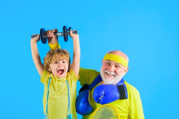 Grand-père et enfant faisant du sport en famille ensemble portrait de sport en famille d'un grand-père en bonne santé et