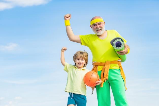 Le grand-père et l'enfant font de l'exercice le matin.