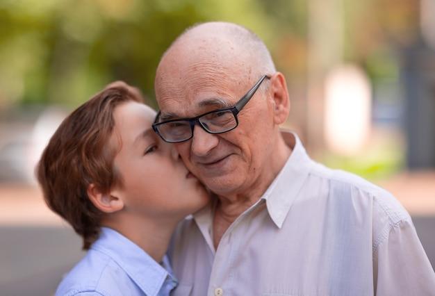 Grand-père est heureux de ressentir l'amour de son petit-fils