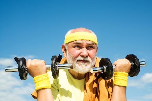 Grand-père exerçant avec haltère gros plan sport portrait pour homme senior