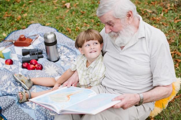 Grand-père lit des histoires pour petit-fils