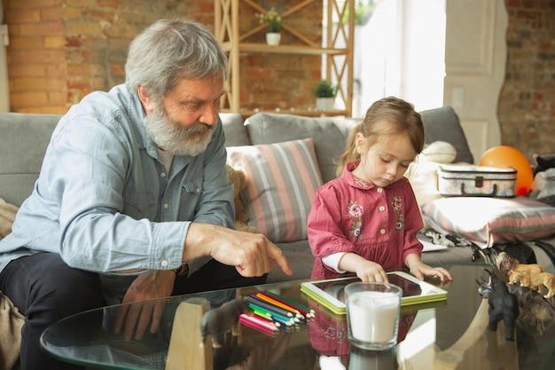 Grand-père et petit-enfant jouant ensemble à la maison