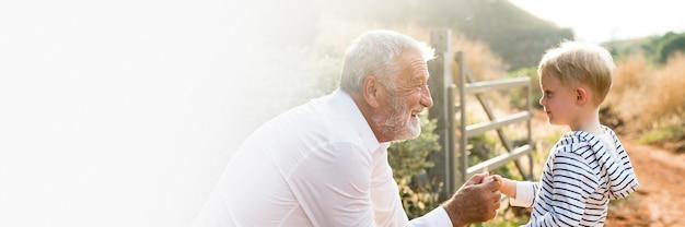 Grand-père et petit-fils dans une bannière d'espace de conception de ferme de campagne