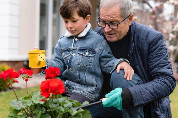 Grand-père et petit garçon travaillant dans le jardin