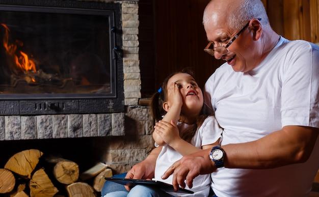 Grand-père et petite-fille jouant