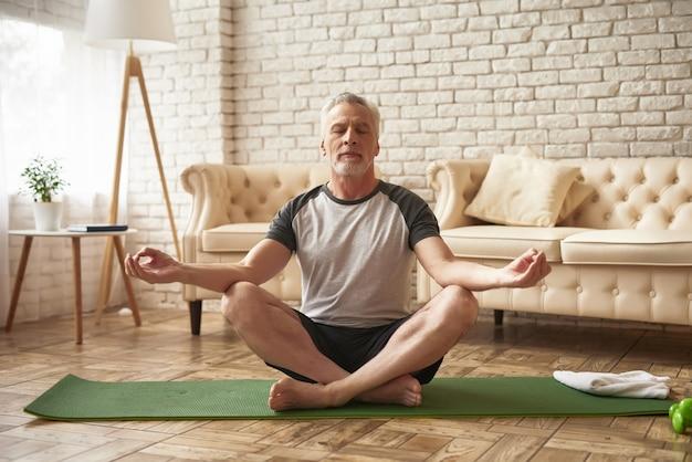 Grand-père en position de lotus de paix et de relaxation.