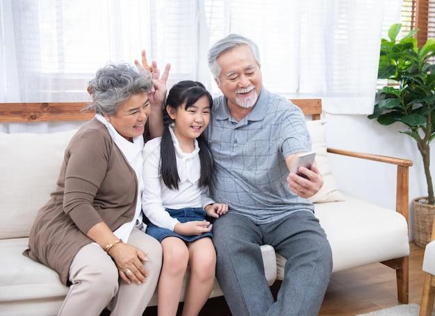 Grand-père prenant selfie avec petite-fille avec téléphone portable