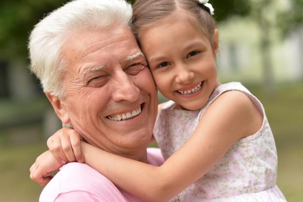 Grand-père et sa petite-fille ensemble dans le parc