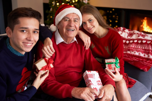 Grand-père avec ses petits-enfants bien-aimés