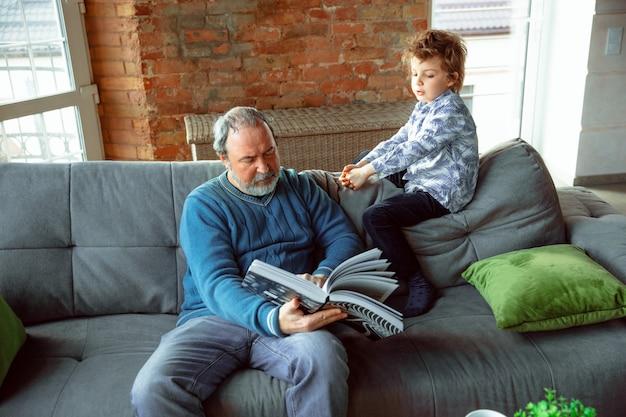 Grand-père et son petit-fils passent du temps isolés à la maison, étudient