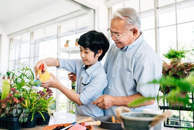 Grand-père et son petit-fils passent du temps de qualité ensemble à la maison