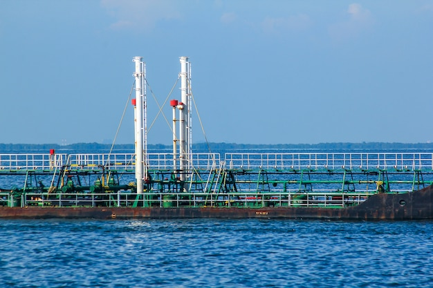 Grand pétrolier au milieu de la mer.