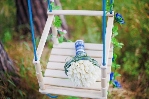 Grand plan, de, beau, bouquet mariage, sur, balançoire décorée