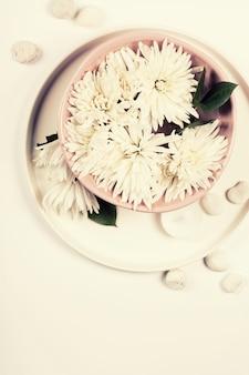 Grand plan, de, fleurs, flotter, dans, bol eau