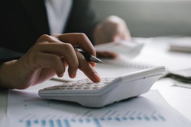 Grand plan, de, homme affaires, ou, comptable, tenant stylo, travailler, calculatrice, pour, calculer, données affaires, finance, comptabilité, concept