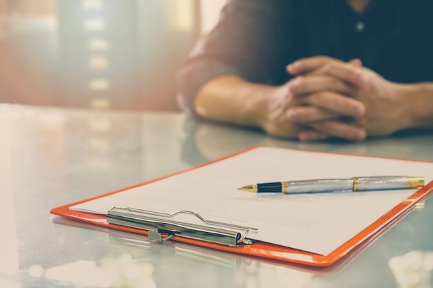 Grand plan, de, homme affaires, signature, contrat, faire, a, accord
