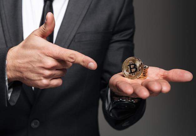 Grand plan, de, a, homme, habillé, dans, complet, tenue, bitcoin